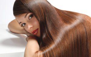 Kvinna med långt vacker hår